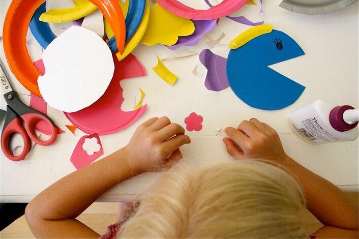 Ноутбук анимация, дети занимаются аппликацией картинки